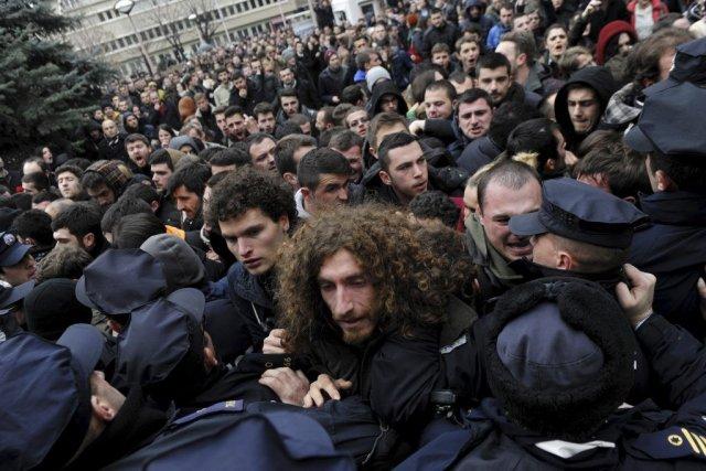 Des manifestants protestent devant l'université de Pristina pour... (PHOTO ARMEND NIMANI, AFP)