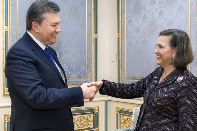 Victoria Nuland et Viktor Ianoukovitch à Kiev, le... (PHOTO MYKHAYLO MARKIV, AFP)
