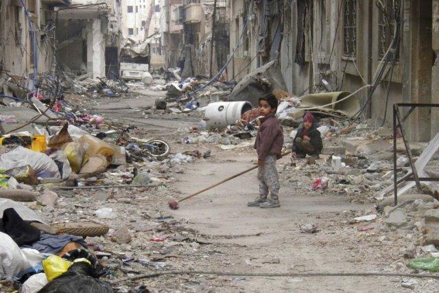 Des civils vivant à Homs sont assiégés depuis... (PHOTO)