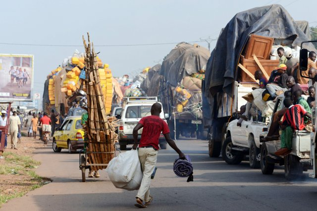 Vendredi matin, un nouveau convoi de civils musulmans... (PHOTO ISSOUF SANOGO, AFP)