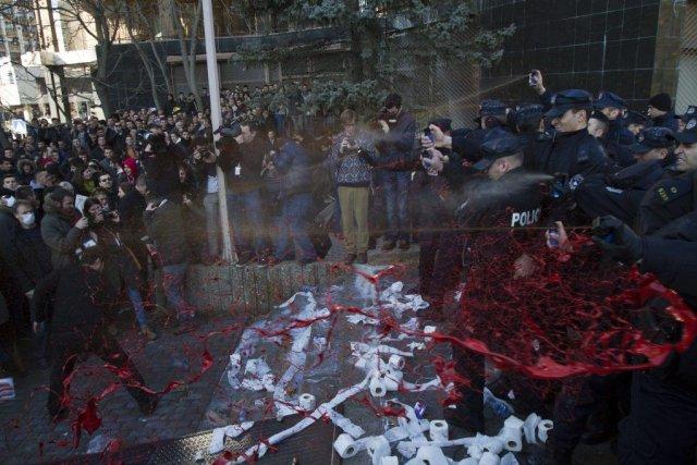 Des manifestants aspergent les policiers de peinture rouge,... (PHOTO VISAR KRYEZIU, AP)