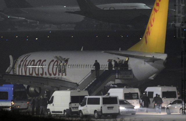Les passagers de l'avion de la compagnie turque... (Photo Emrah Gurel, AP)