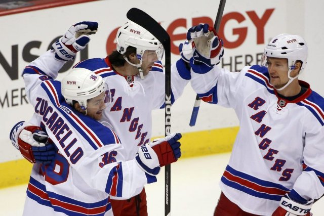 Mats Zuccarello (36), Benoît Pouliot (au centre) et... (Photo Gene J. Puskar, Associated Press)