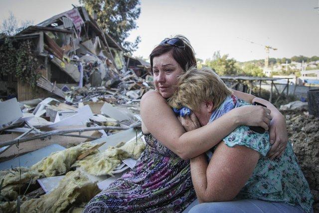 Tatyana Samokhval a tenté de consoler sa mère,... (PHOTO ARCHIVES REUTERS)