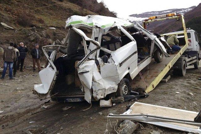 Dans le premier accident, une minifourgonnette a perdu... (Photo AP)