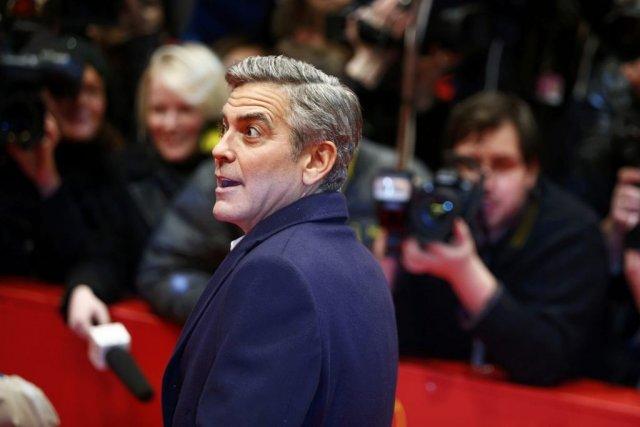 George Clooney à son arrivée sur le tapis... (PHOTO THOMAS PETER, REUTERS)