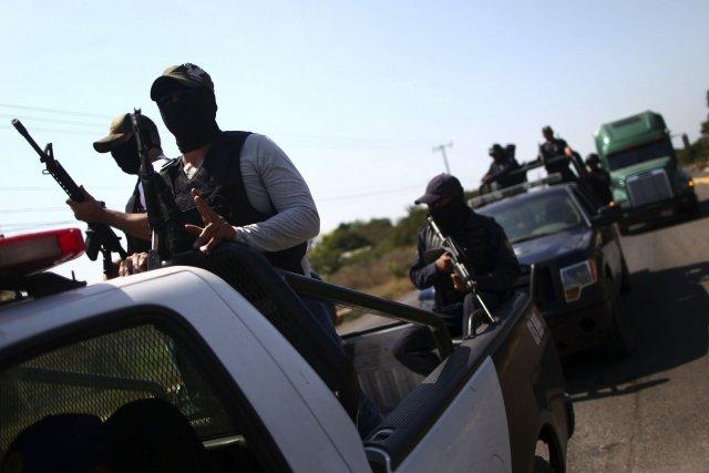 Deux miliciens montent la garde près de la... (Photo Edgard Garrido, Reuters)