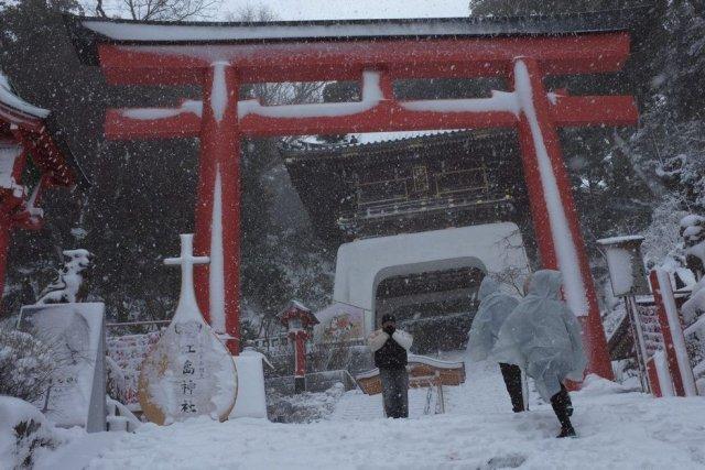 Un manteau blanc de quelque 27 centimètres a... (Photo Shizuo Kambayashi, AP)
