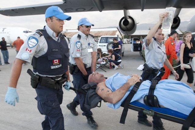 Le nombre de policiers canadiens participant à des... (Photo Adrian Wyld, Archives PC)