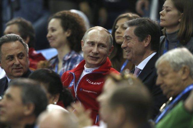 Leprésident Vladimir Poutine a assisté àl'épreuve par équipe... (PHOTO ADRIAN DENNIS, AFP)
