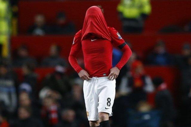 Juan Mata s'est recouvert la tête avec son... (PHOTO DARREN STAPLES, REUTERS)