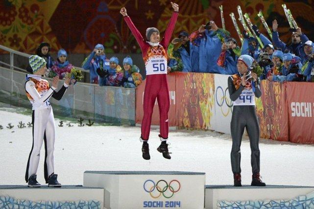 Kamil Stoch est monté sur la plus haute... (PHOTO PETER PARKS, AFP)