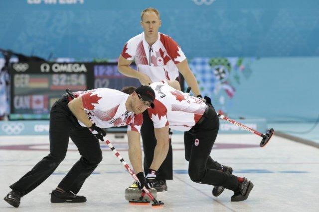 L'équipe du skip canadien Brad Jacobs a vaincu... (Photo Wong Maye-E, AP)