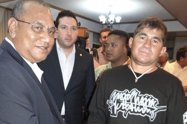 Jose Salvador Alvarenga à droite.... (Photo AFP)