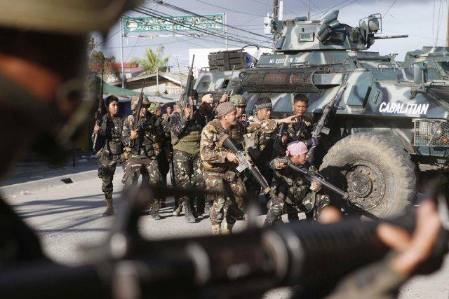 Des soldats de l'armée philippine lors d'uyne opération... (PHOTO ERIK DE CASTRO, ARCHIVES REUTERS)