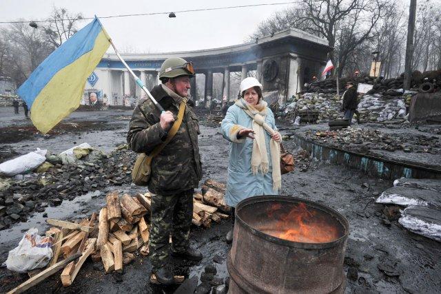 Des manifestants prenant une pause à une barricade,... (PHOTO GENYA SAVILOV, afp)
