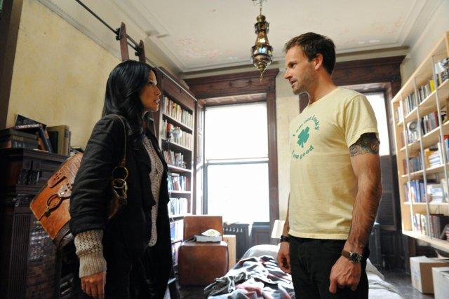 Lucy Liu et Jonny Lee Miller dans Élémentaire.... (Photo: fournie par Séries+)