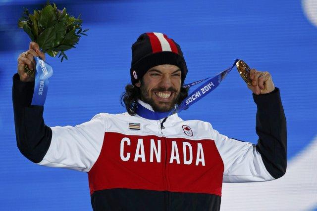 Charles Hamelin célèbre avec sa médaille d'or sur... (Photo Shamil Zhumatov, Reuters)