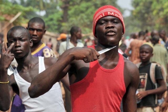 Un jeune affirme chercher des musulmans pour leur... (PHOTO ISSOUF SANOGO, AFP)