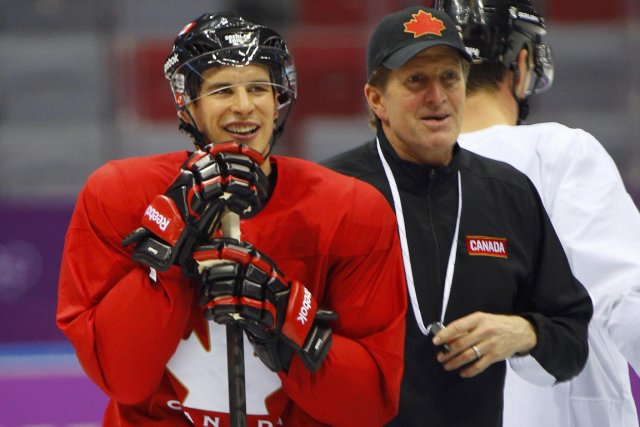 Sidney Crosby et l'entraîneur-chef de l'équipe canadienne Mike... (Photo Brian Snyder, Reuters)