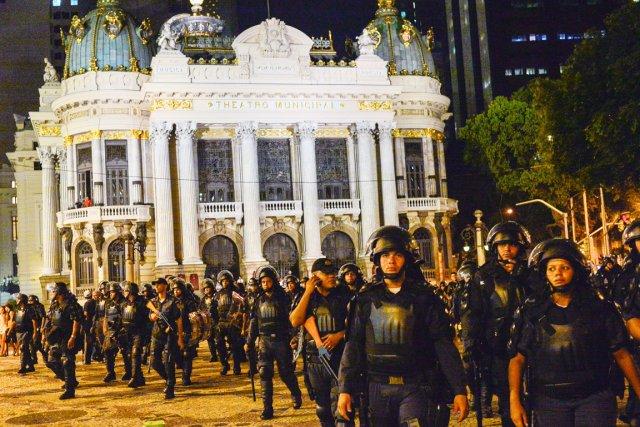 Des policiers anti-émeute font face aux manifestants, à... (PHOTO YASUYOSHI CHIBA, AFP)