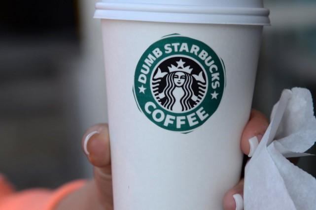 À peine ouvert, le Starbucks «nul» a fait... (Archives AFP)