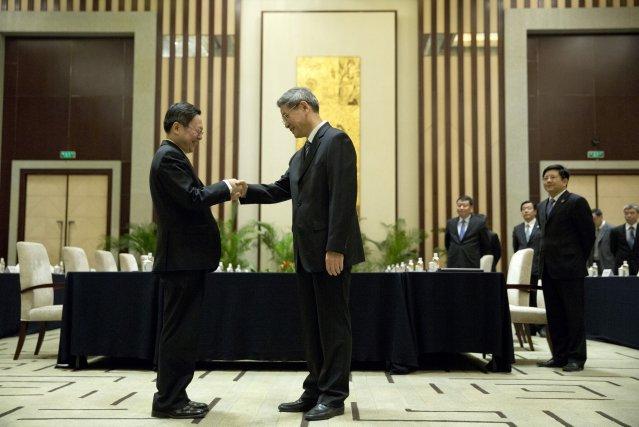 Wang Yu-chi (à gauche), officiel taïwanais chargé des... (Photo Alexander F. Yuan, AP)