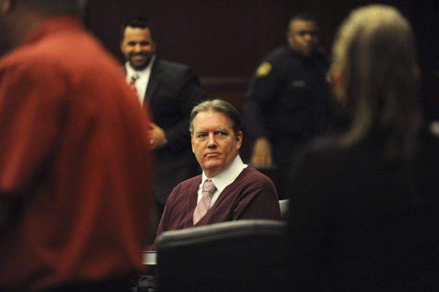 Michael Dunn regarde en direction de sa famille,... (Photo Reuters)