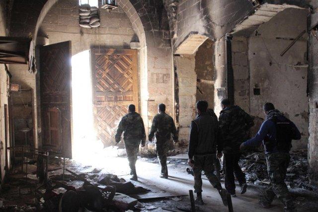 Des soldats de l'armée du président Al-Assad marchent... (Photo George Ourfalian, Reuters)