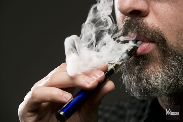 La cigarette électronique est l'un des nombreux produits... (PHOTO HUGO-SÉBASTIEN AUBERT, archives LA PRESSE)