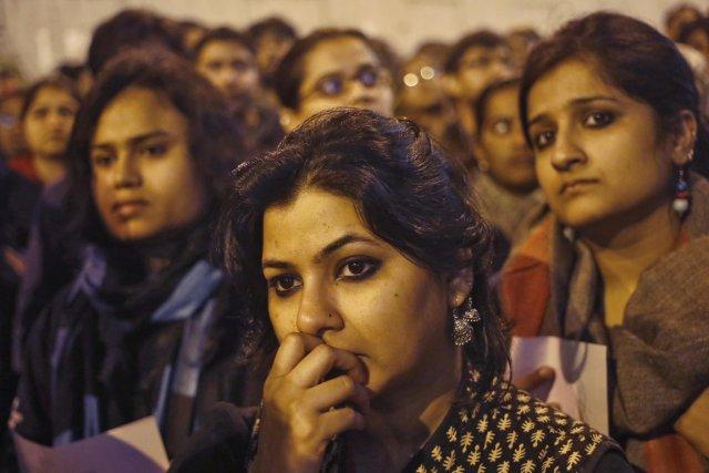 Des femmes assistent à une cérémonie de commémoration... (Photo Anindito Mukherjee, Reuters)