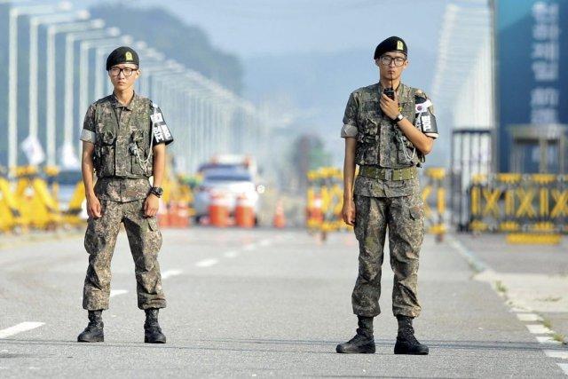 Des soldats sud-coréens montent la garde près de... (PHOTO JUNG YEON-JE, AFP)