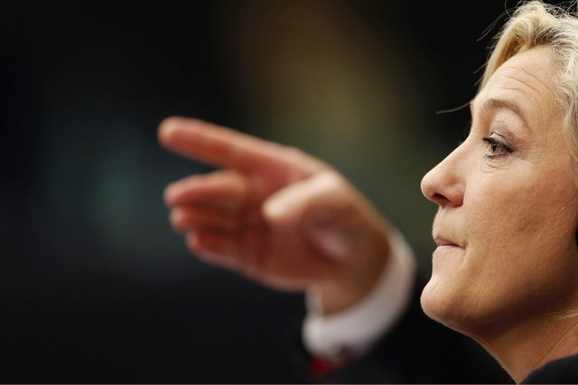 L'image de Marine Le Pen, présidente du FN,... (PHOTO VINCENT KESSLER, ARCHIVES REUTERS)