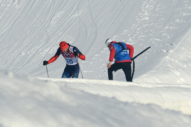 Le Russe Anton Gafarov aidé par l'entraîneur canadienJustin... (Photo KIRILL KUDRYAVTSEV, Agence France-Presse)