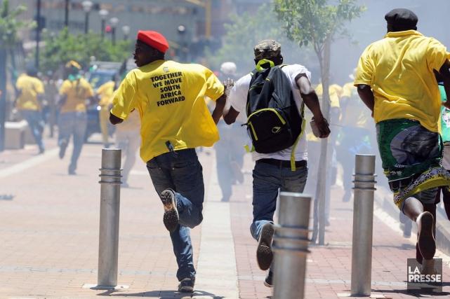 Des sympathisants de l'ANC, le parti au pouvoir,... (PHOTO AP)