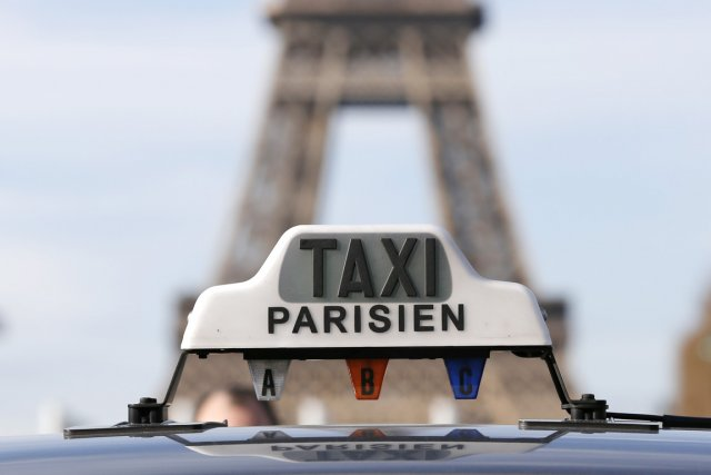 Une manifestation surprise d'une centaine de taxis sur... (PHOTO GONZALO FUENTES, REUTERS)