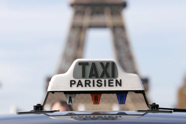 Une manifestation surprise d'une centaine de taxis sur... (PHOTO GONZALO FUENTES, REUTERS)
