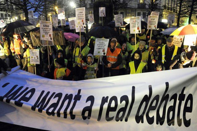 Des opposants à la nouvelle loi permettant l'euthanasie... (PHOTO LAURENT DUBRULE, REUTERS)