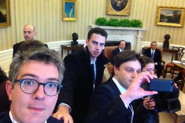 Thomas Wieder (lunettes), journaliste politique du Monde, suivait... (PHOTO DIFFUSÉE SUR TWITTER PAR THOMAS WIEDER)