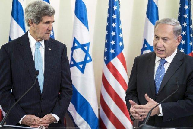 Le secrétaire d'État américain John Kerry (à gauche)... (PHOTO BRENDAN SMIALOWSKI, ARCHIVES REUTERS)