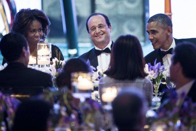 «Pris en sandwich entre le président Obama et... (PHOTO BRENDAN SMIALOWSKI, REUTERS)