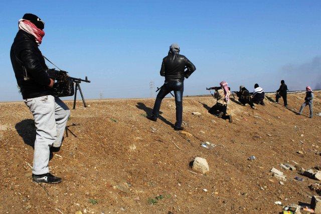 Des combattants anti-gouvernementaux sont prêts à ouvrir le... (Photo AP)