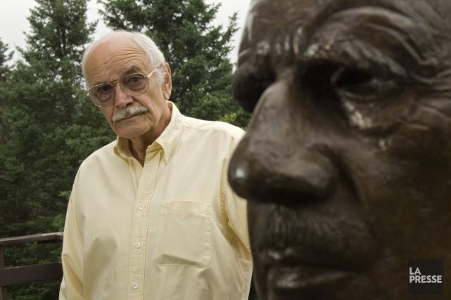 Alain Aslan pose à côté du buste du... (Photo: Ivanoh Demers, archives La Presse)