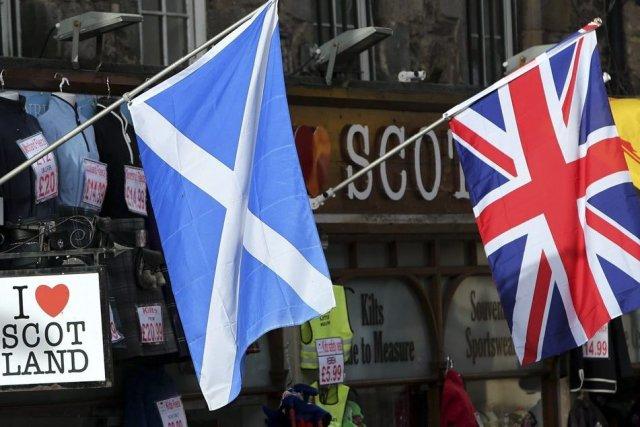 Les drapeaux écossais et du Royaume-Uni.... (Photo Scott Heppell, Associated Press)