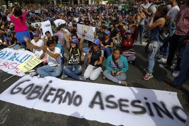 Des milliers d'étudiants et de militants de l'opposition... (PHOTO JORGE SILVA, REUTERS)