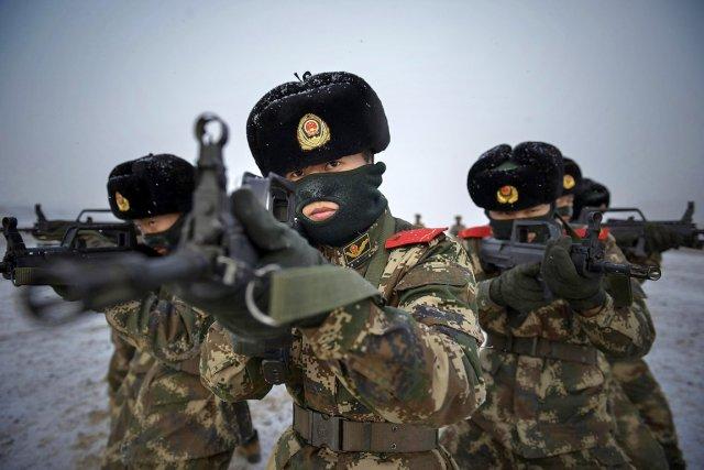 Un commando de policiers paramilitaires d'élite s'entraînent dans... (PHOTO ARCHIVES AP)