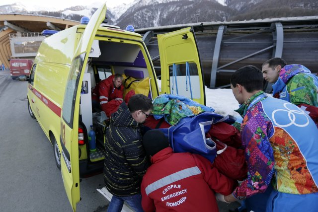 Un bobsleigh qui effectuait une descente d'essai a... (Photo Charlie Riedel, AP)