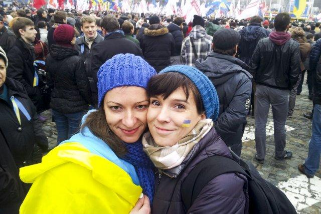 Kristina Berdinskikh (à gauche), en compagnie d'une manifestante... (PHOTO TIRÉE DE FACEBOOK)