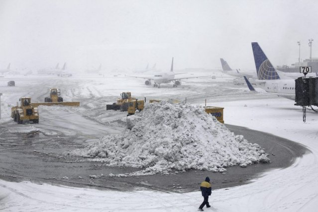 Le personnel de l'aéroport de Newark au New... (PHOTO KIICHIRO SATO, AP)