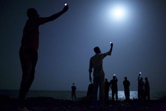 La photo de l'américain John Stanmeyer, illuminée uniquement... (HANDOUT)